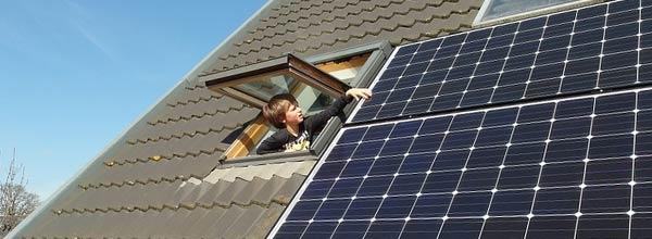 panneaux photovoltaïques sur toit de maison
